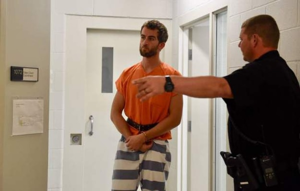 El profe fue encarcelado, pero pudo salir al pagar fianza. Instinc magazine.