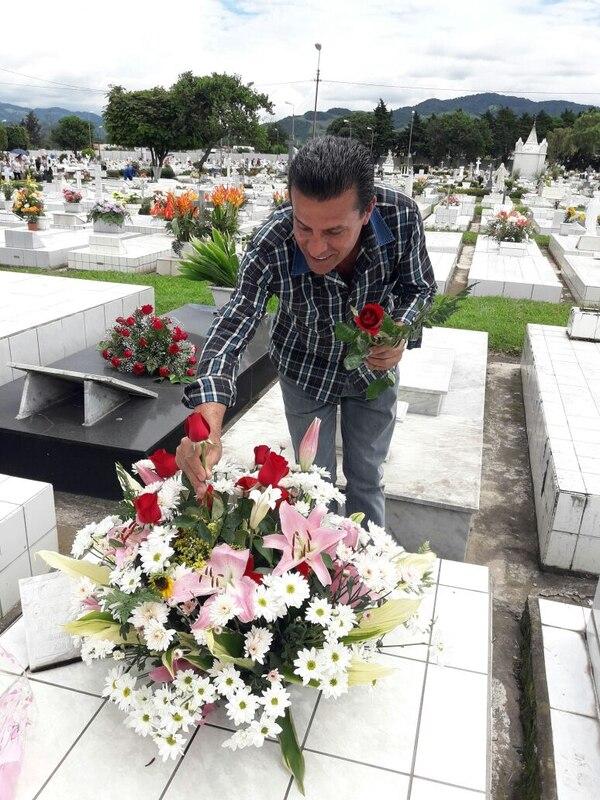 Don Fernando Calderón le dejó un arreglote a su papito en el cementerio General de Cartago. Foto: Keyna Calderón