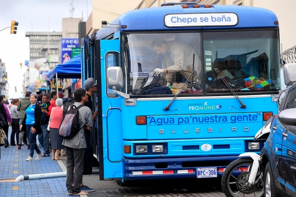 El bus Chepe se baña se acomodó al costado sur del parque de La Merced, se recibía donaciones de ropa y víveres para personas de la calle (indigentes), este viernes Foto: Rafael Pacheco