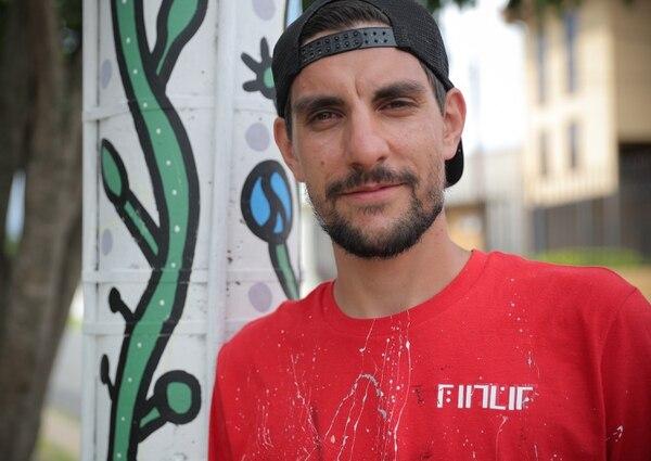 Alex López Rylyuk es el encargado de darle una cara más bella a Tibás y alrededores. Foto Jeffrey Zamora
