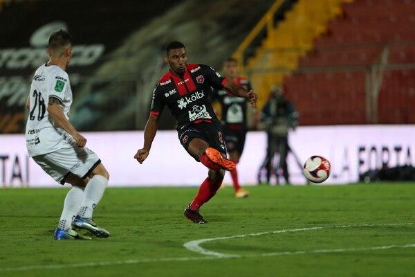 El juego entre Sporting y Alajuelense se suspendió el lunes a eso del mediodía. José Cordero.