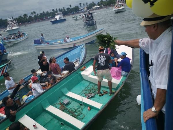 Monseñor Fernández bendijo a algunos pescadores artesanales que se acercaron con sus lanchitas. Foto cortesía Jefry Rodríguez Solano, La Voz del Pacífico.