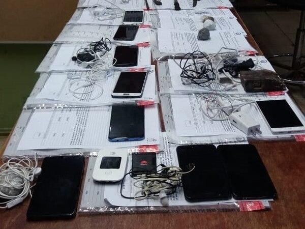 Cada semana los policías decomisan celulares en las cárceles. Foto Policía Penitenciaria.