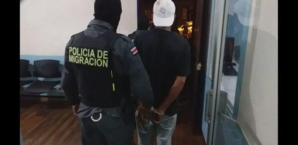Una pareja fue detenida el lunes en la tarde como sospechosos de cobrar altas sumas de dinero para meter de manera ilegal a nicaragüenses a suelo costarricense. foto de Migración