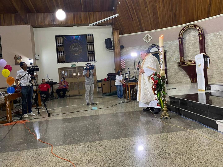 Fotos de católicos en las bancas de la Iglesia de Hatillo 3 le dan la vuelta al mundo