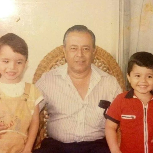 Don Enriquie con Krhisnamerck (izquierda) y Enrique Castillo hijo (derecha). Foto: Cortesía.