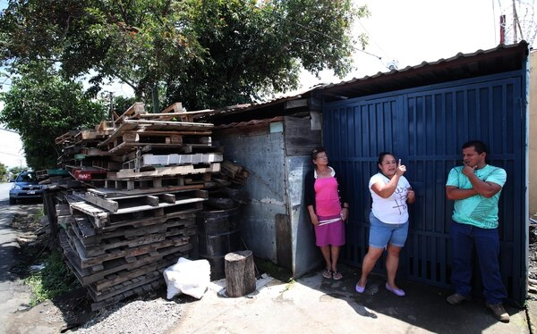 La casa en la que vivía la familia ahora es una bodega. Doña Rosario Benavides, abuela paterna, la tía de la menor Jessenia y Jorge Guzmán, papá de Yerelin tienen la fe de volver a verla. Fotografia: Graciela Solis