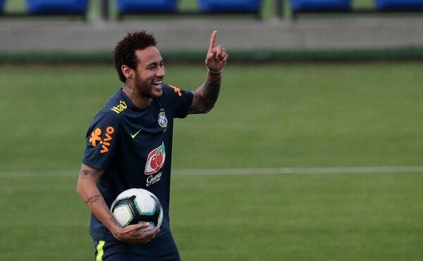 Neymar vacilando con sus compañeros de Brasil, en los entrenamientos previos a la Copa América en su país, a partir del 15 de junio. AP