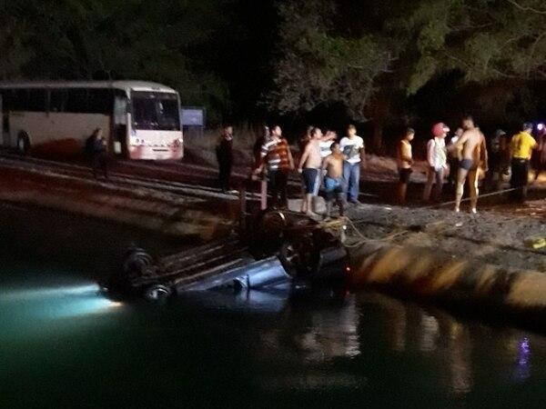 En abril pasado dos niños y el padre de ellos murieron al caer con todo y carro a un canal de riego en Cañas. Fotos cortesía.