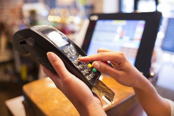 Si pagamos con una tarjeta de crédito o débito, habría pago de impuesto. Archivo.