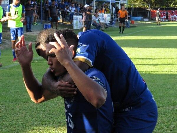 Con sus manos hacia el cielo, el joven Jurguens Montenegro, celebra uno de sus dos goles contra Pérez Zeledón. Foto Jesús Muñoz de Jicaral Sercoba.