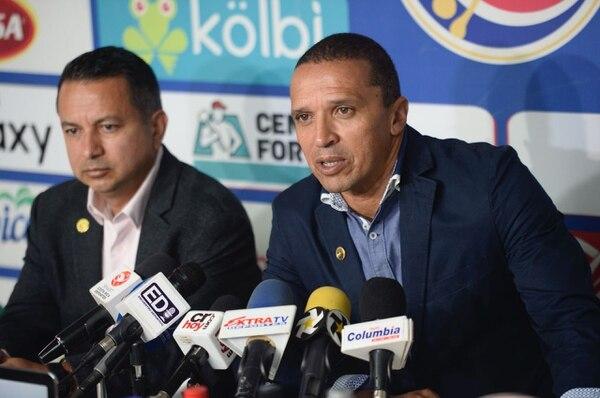 Lonis dijo el miércoles que no había plata para contratar un director deportivo y al día siguiente, Alexandre Guimaraes señaló en canal 7 que a él se lo ofrecieron hace meses. Diana Méndez