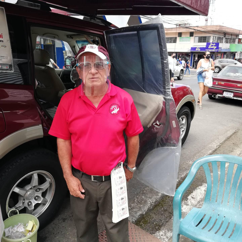 Don Luis Gerardo Sibaja Mora, vecino de San Carlos, es conocido como el chancero de la suerte, porque no se cansa de repartir millones a los que le compran chances y lotería, por eso, para cada sorteo le llegan a buscar de todas partes del país