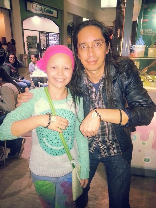 En medio de la quimioterapia Sofi se hizo empresaria e hizo pulseritas que se las vendió a todo el que quiso comprárselas, en la foto, Carlos Tapao Vargas de Éditus, quien le compró una pulsera. Cortesía.