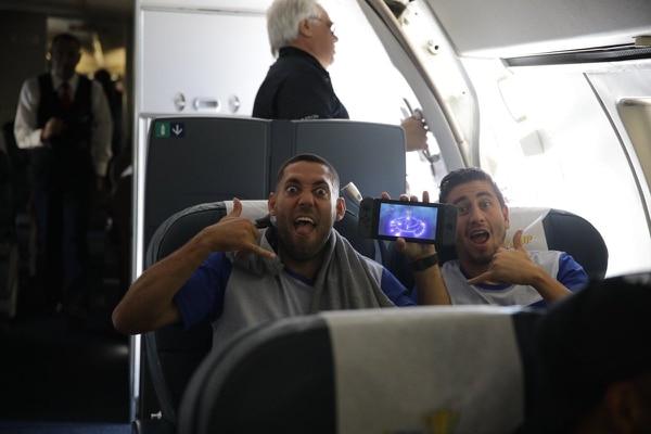 Clint Dempsey y Alejandro Bedoya en vuelo para incorporarse a la selección de Estados Unidos en Philadelphia. Foto Ussocerhome.com