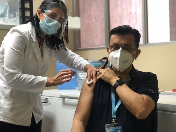 El médico intensivista se vacunó este jueves 7 de enero contra el covid-19. Foto: Cortesía CCSS