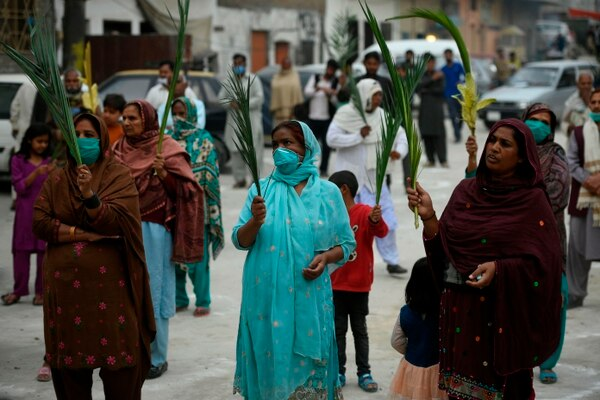 En Pakistán los fieles cristianos salieron a celebrar el Domingo de Ramos, para ellos el coronavirus no es el principal problema. (Photo by Aamir QURESHI / AFP)