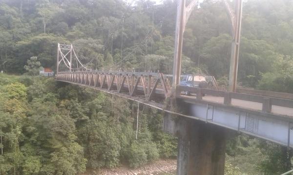 Puente en San Carlos está maldito, en la foto, don Marcelo Carranza (izquierda) y Hugo González, quienes han visto actividad paranormal en el puente