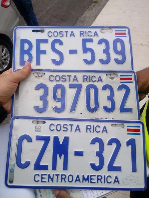 El sujeto andaba tres pares de placas de carros robados. Foto: MSP.