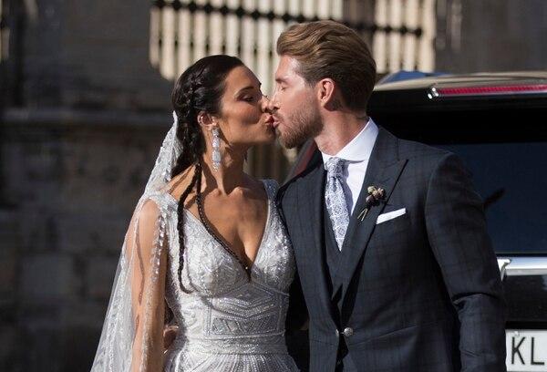 Ya como marido y mujer, Sergio Ramos y Pilar Rubio, le regalaron a las cámaras su primer beso en público, después de dar el sí quiero en la iglesia. AP
