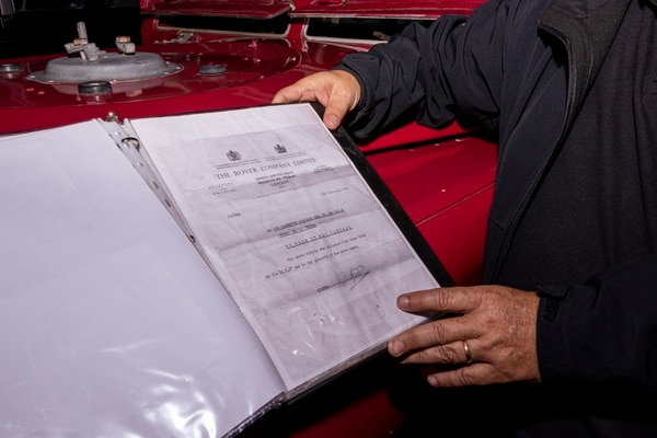 Los documentos originales de los pasos de las aduanas entre país y país comprueban la gran historia de Leo. Fotografía: Lilliam Arce.