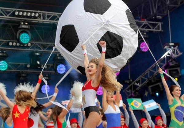 Movimientos de mujeres rusas vestidas con las banderas de cada país fue lo que más se vio en la inauguración. Foto AP.