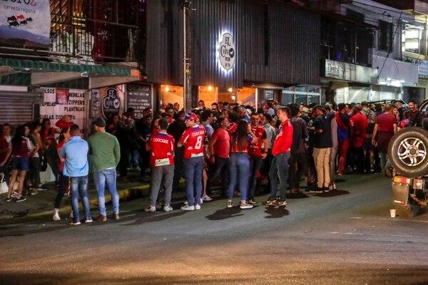 Los sancarleños amanecieron en la calle, los bares extendieron hasta la mañana sus horarios. Fotografía José Cordero