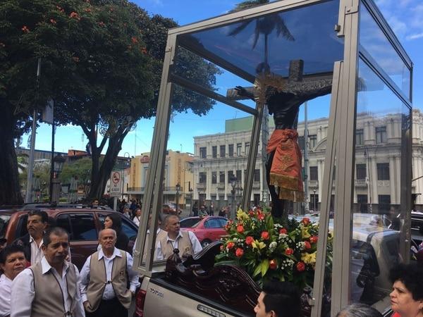 Algunos fieles llegaron temprano a la Catedral para tocar la imágen del Cristo y rezar antes de la caminata. Foto Bella Flor Calderón