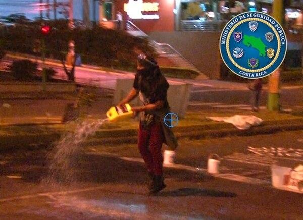 Los manifestantes rociaron gasolina en la calle y le tiraron a los Policías. Foto: MSP.