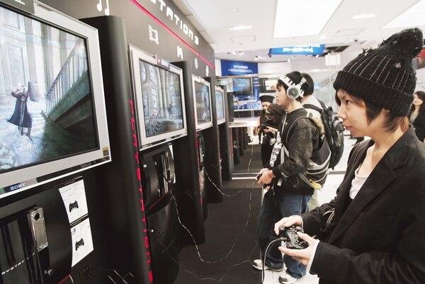 Los cables guindando mientras se juega PlayStation o por electrodomésticos mal colocados ponen en riesgo a los niños menores de un año. Foto AP