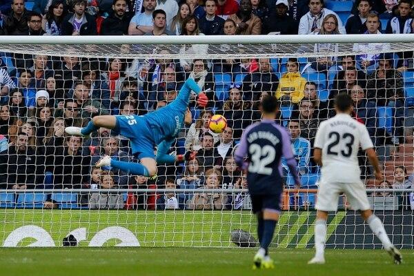 Tremendo susto para Thibaut Courtois, al estrellarse la redonda en el horizontal y bajar, pero la fortuna estuvo de su lado y no hubo anotación del Valladolid. AP