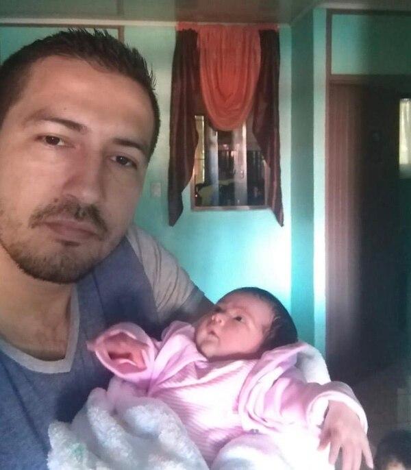 Olger Arce con su hija Isabella.