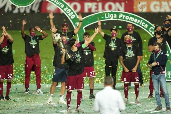 Ya llevan 35 campeonatos en el Saprissa y los gemelos Marín celebraron el primero de ellos. Foto: José Cordero