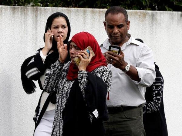 Familiares de los heridos y fallecidos, llegaron a las cercanías de las mezquitas para tener noticias. Foto AP.