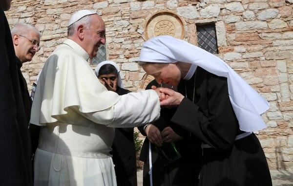 Una monja le besa la mano al papa Francisco. EFE/Pietro Crocchioni / Pool