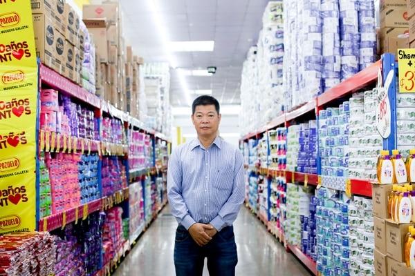 Este es don Álvaro Zheng, dueño del supermercado. Foto Marcela Bertozzi/Agencia Ojo por Ojo