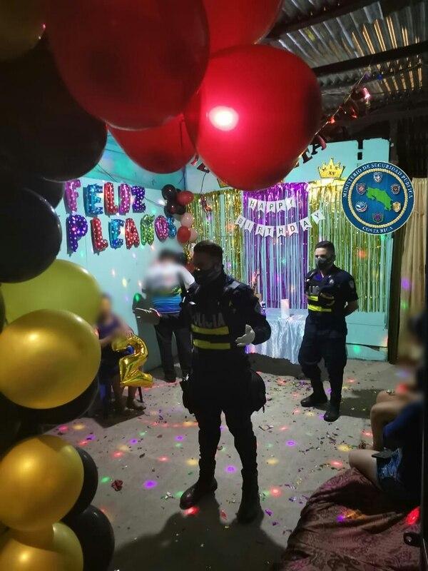 Las autoridades atendieron una vez más alertas por fiestas, esta es en Alajuelita celebraban un quinceaños. Foto: Cortesía MSP