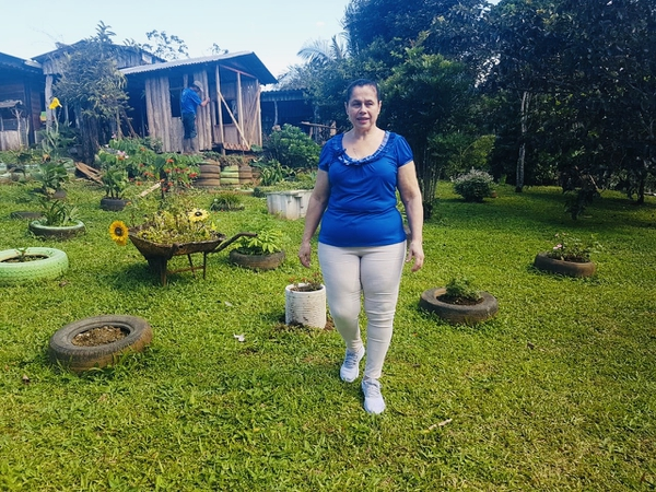 Doña Flor ahora camina puras tejas y hasta se agacha a reglar sus plantas. Cortesía.