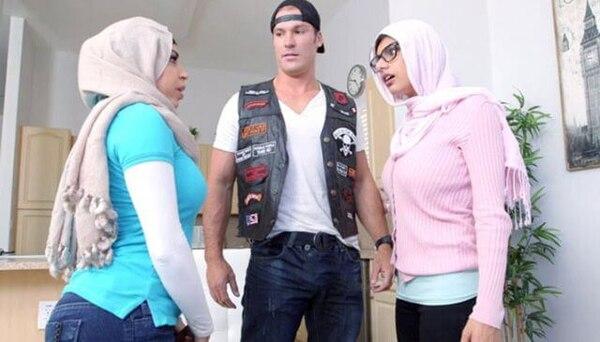 Mia Khalifa aparece a la derecha, de color rosado, utilizando un hiyab durante un video porno que generó gran controversia entre la comunidad musulmana. Foto: Youtube