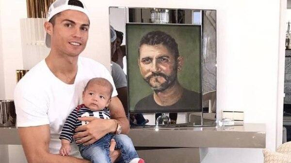 Cristiano tiene un pintura de su papá en la sala de su casa. Foto: Instagram.