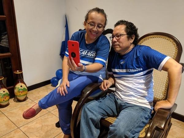 Los periodistas Miguel Mora y Lucía Pineda atienden una videollamada luego de ser liberados por el régimen de Ortega. Tomada de Alianza Cívica