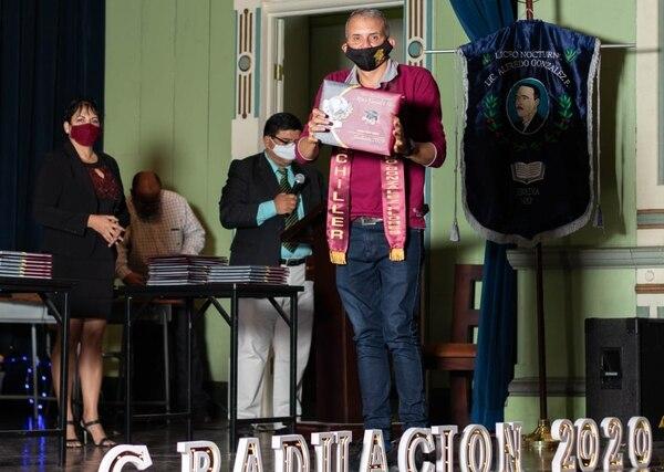 Dillmer recibió el 18 de diciembre su título de bachi. Foto: Cortesía de Dillmer Gómez.