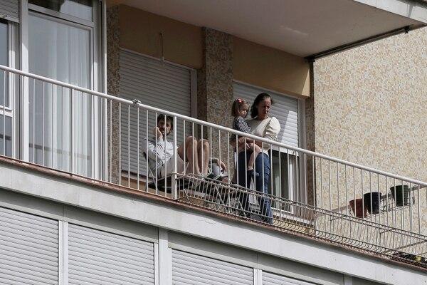 En Madrid siguen en cuarentena para vencer el virus. (AP Photo/Manu Fernandez).