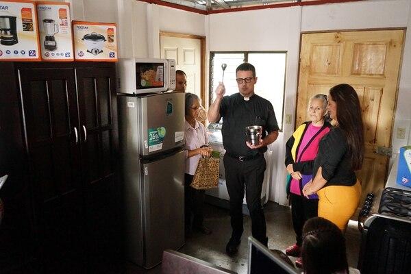 La nueva casita y sus electrodomésticos fueron bendecidos por el cura de Coronado. Foto Alonso Tenorio