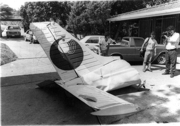 La cola del avión del embajador cayó a 200 metros de la casa de Quesada. Fotos Archivo.