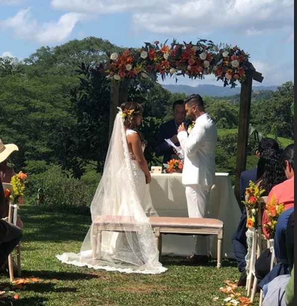 La pareja dijo sus votos o promesas de amor frente a un pastor evangélico. Instagram