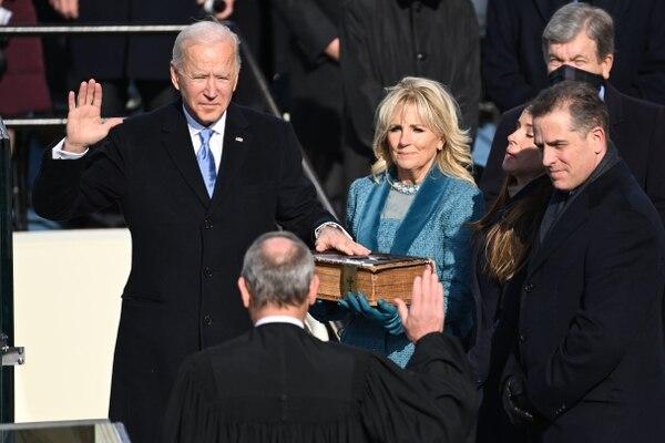 Joe Biden, junto a su esposa Jill Biden (segunda a la derecha), toma juramento como el 46.° presidente de Estados Unidos. AFP