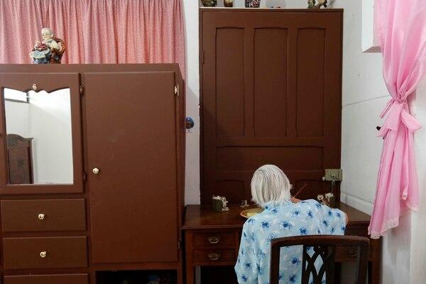 12-08-2014. Hora: 09:30 a.m. Margarita Fonseca, de 63 años, es madre de seis hijos que la mayor parte de su vida la dedicó al cuido de ellos, luego al cuidado de varios de sus nietos y ahora cuida de su madre, Margarita Rivera Alfaro, de 88 años. Esta adulta mayor padece de Alzheimer, por ello Margarita construyó, con la ayuda de sus hermanos, un cuarto más en su casa en Aguacaliente de Cartago y llevó a su madre a vivir allí. Fotos: Mayela López