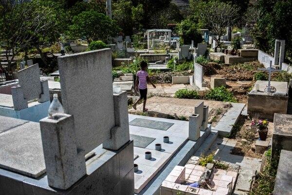 Los niños juegan entre las tumbas, como si fuera algo natural. AFP