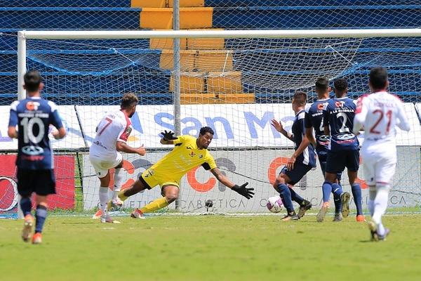 Con mucha facilidad Johan Venegas puso el 4-0 que terminó de matar a los brumosos. Foto: Rafael Pacheco